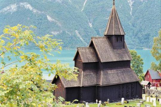 노르웨이의 우르네스 목조 교회는 스칸디나비아 반도의 전통적인 건축 자재인 나무를 이용해 만든 오래된 교회로, 켈틱 문화를 잘 보여주지요.