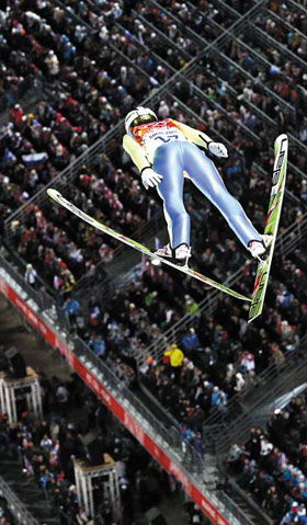 하늘을 날 때 스키를 V자로 놓으면 11자로 놓을 때보다 더 멀리 날아갈 수 있어요.