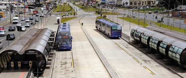 브라질 쿠리치바 시에서는 지하철을 타는 것처럼 원통 모양의 버스 정류장에 들어갈 때 미리 버스 요금을 내야 합니다.