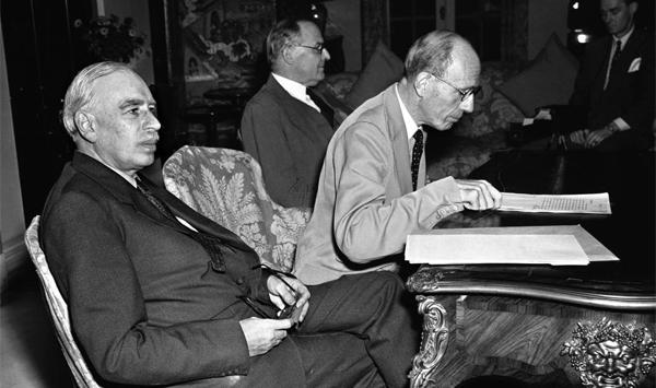 영국 경제학자 존 메이너드 케인스(왼쪽)가 기자 회견에 참석한 모습이에요. 정부의 시장 개입을 주장한 케인스의 경제학은 경제 대공황을 극복하고 재정정책 발전과 거시 경제학 등장에 기여하였어요.