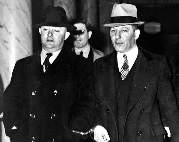 제이 에드거 후버(왼쪽) 초대 FBI 국장이 1940년 자신과 마피아 두목의 팔목에 수갑을 연결해 채우고 법정으로 들어가고 있어요.