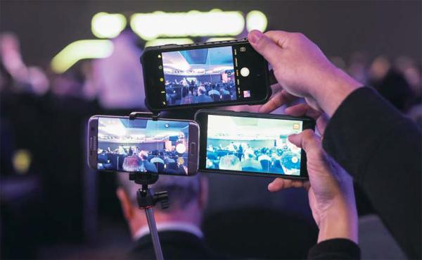 지난 2월 스페인 바르셀로나에서 열린 '2017 모바일 월드 콩그레스'에서 참석자들이 스마트폰으로 사진을 찍고 있어요. 스마트폰이나 인터넷 등 정보화 시대 창의적이고 쓸모 있는 신제품은 공급과 함께 새로운 수요를 창출해 경제에 활력을 불어넣어요.