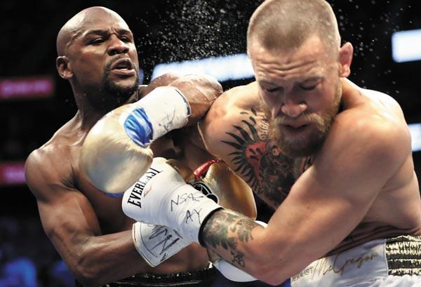 지난 8월 말 열린 '세기의 대결'에서 UFC 챔피언 맥그리거(오른쪽)와 복싱 챔피언 메이웨더가 맞붙었어요.