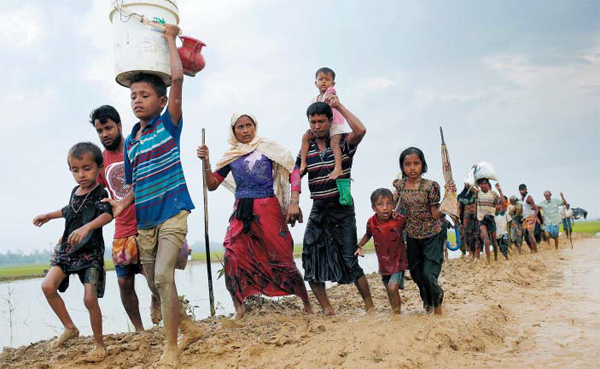 미얀마 라카인주의 로힝야족 난민들이 정부군의 공격을 피해 방글라데시 국경지대로 피란 가고 있어요. 미얀마 정부군과 이슬람계 소수민족인 로힝야족 무장 세력 간의 유혈 충돌로 수백명이 사망하자 국제사회의 우려도 커지고 있어요.