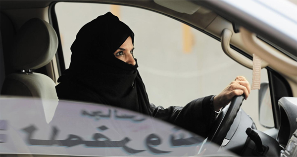 세계에서 유일하게 여성의 자동차 운전을 금지해왔던 사우디아라비아 정부가 내년부터 여성의 자동차 운전을 허용하기로 했어요. 사진은 2014년 사우디 수도 리야드의 한 고속도로에서 여성의 운전할 권리를 주장하며 여성 운동가들이 캠페인을 벌이는 모습이에요.