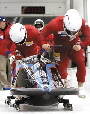 봅슬레이 남자2인승 국가대표 원윤종(오른쪽), 서영우 선수가 스타트 훈련을 하고 있다.