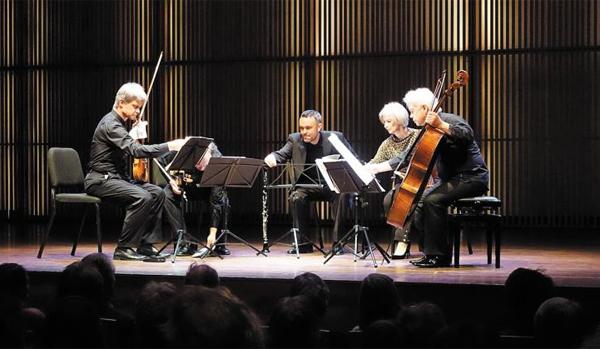남매로 구성된 오스트리아의 현악 4중주단 '하겐 콰르텟'이 올해 1월 네덜란드에서 공연하는 모습이에요.