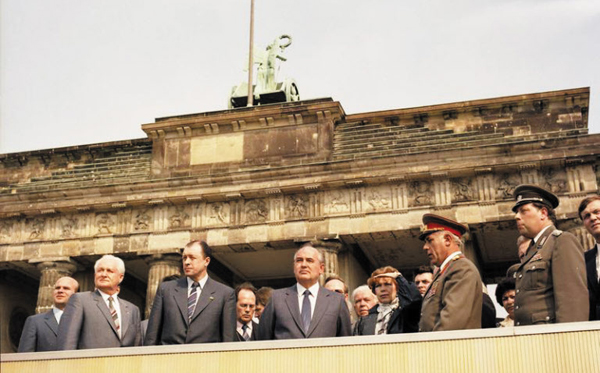1986년 미하일 고르바초프 당시 소련 공산당 서기장(가운데)이 동독을 방문한 모습이에요.