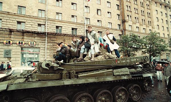 1991년 8월 보수파 쿠데타에 맞서 시위를 벌이는   모스크바 시민들.
