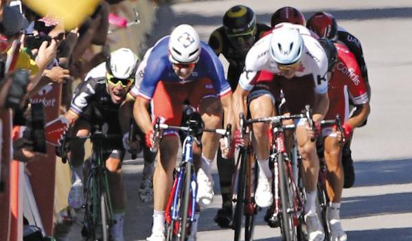 2017년 7월 열린 도로 사이클 대회 '투르 드 프랑스'에 참가한 선수들 모습이에요.
