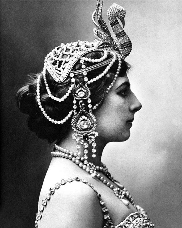 1910년 프랑스 파리에서 무희로 활동하던 마타 하리의 사진. 동남아시아·인도풍 장신구를 찬 모습이에요.