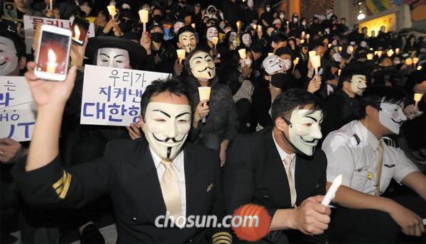 얼마 전 서울 도심에서 대한항공 직원들과 시민들이 촛불 시위를 하는 모습.