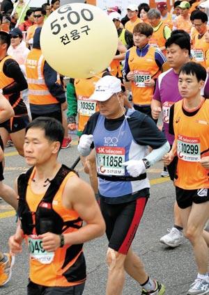 춘천마라톤에 참가한 페이스 메이커가 선수들과 함께 달리고 있어요.