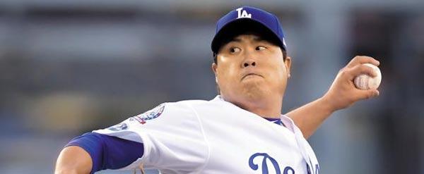 류현진 선수가 지난 5일 미국 메이저리그 내셔널리그 디비전 시리즈에 나와 공을 던지고 있어요.