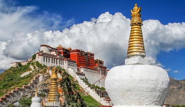 티베트 라싸에 있는 포탈라궁은 티베트 불교 총본산이에요. 한때 중국 황제들의 '스승' 대접을 받은 티베트 불교 지도자의 권위가 느껴지죠.