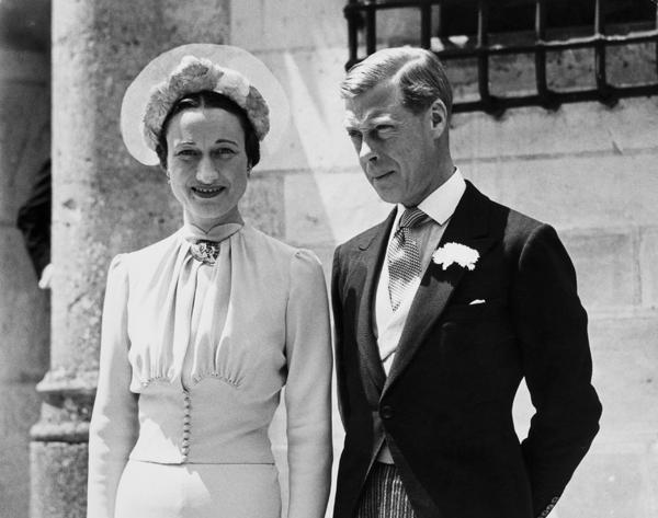 에드워드 8세(오른쪽)와 월리스 심프슨 부인이 1937년 프랑스에서 결혼식 직후 찍은 사진입니다. 영국 왕가에서는 결혼식에 한 명도 참석하지 않았대요.