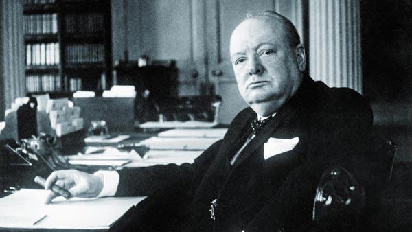 윈스턴 처칠이 1940년 총리 관저에 있는 집무실 책상 앞에 앉아 있는 모습입니다.