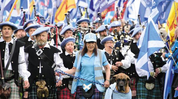 지난달 스코틀랜드 자치정부 수도 에든버러에서 시위대가 영국에서 독립할 것을 주장하며 행진하고 있습니다.