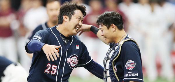 지난 10월 두산 베어스의 포수 박세혁(오른쪽)과 투수 배영수가 한국시리즈 우승을 축하하고 있습니다.