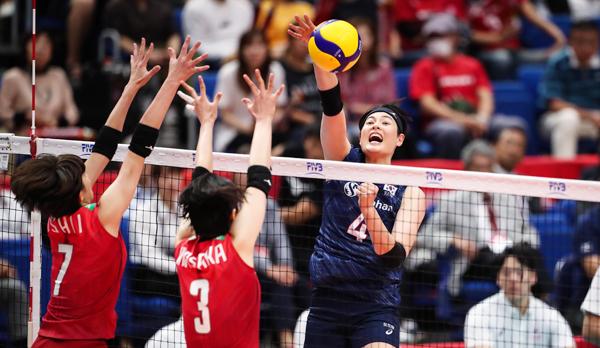 지난해 9월 열린 여자 배구 월드컵 일본전에서 우리나라 김희진 선수가 네트 한참 위에서 스파이크를 날리고 있어요. 여자 선수들은 남자만큼 높이 뛰지는 못하지만 네트가 20㎝ 낮아 남자 배구만큼이나 역동적입니다.