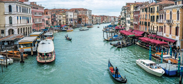 이탈리아 베네치아의 대운하 '카날 그란데'의 모습.