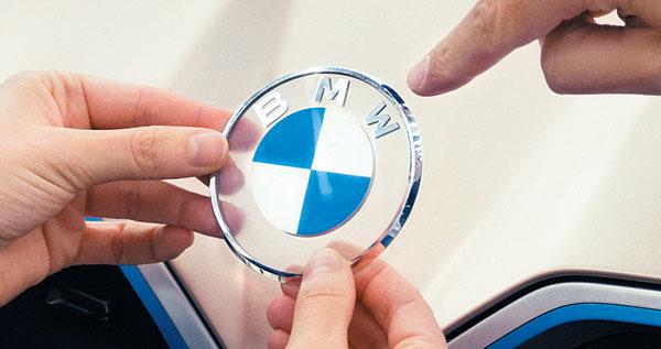 지난 4일 발표된 독일 자동차 회사 BMW의 새로운 로고. 창사 이래 처음으로 테두리 부분이 검은색에서 투명으로 바뀌었습니다.