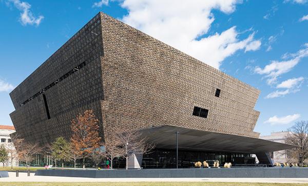 가나 출신의 건축가 데이비드 아자예가 설계한 '국립미국흑인역사문화박물관'의 모습이에요.