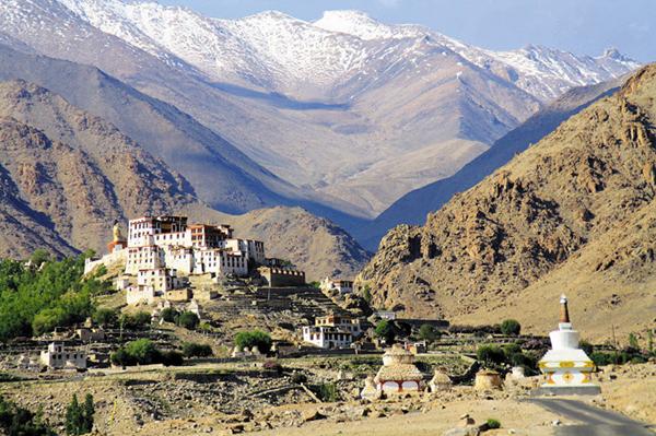 인도 북동부 고산지대의 라다크에는 수도원과 사찰이 결합한 요새형 티베트 불교 건축물인 '곰파'가 여럿 세워져 있어요.