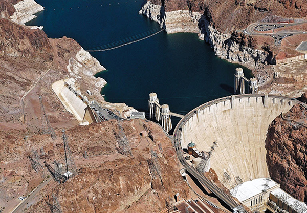 콜로라도강을 막고 세워진 후버댐의 모습이에요. 블랙 협곡을 가로지르는 U자형의 견고한 콘크리트벽으로 이루어진 이 댐은 2만명이 넘는 고용 창출 효과와 라스베이거스 등 인근 도시의 발전을 이끌어내며 미국 뉴딜 정책의 상징이 됐습니다.