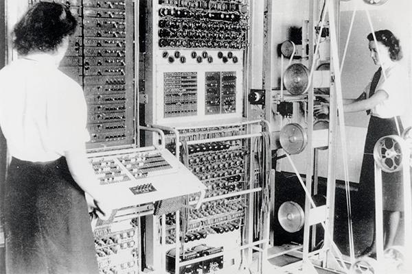제2차 세계대전 당시 영국 암호연구소 소속 직원들이 독일군의 암호를 해독하는 모습입니다. /위키피디아
