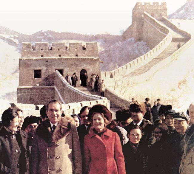 1972년 2월 24일 중국을 방문한 미국 리처드 닉슨 대통령과 퍼스트레이디 팻 닉슨이 베이징 근교 바다링 장성에 올라 기념사진을 찍고 있어요. /The U.S. National Archives and Records Administration
